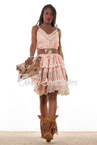 Vestido corto simétrico, con cuello en pico y tirantes regulables